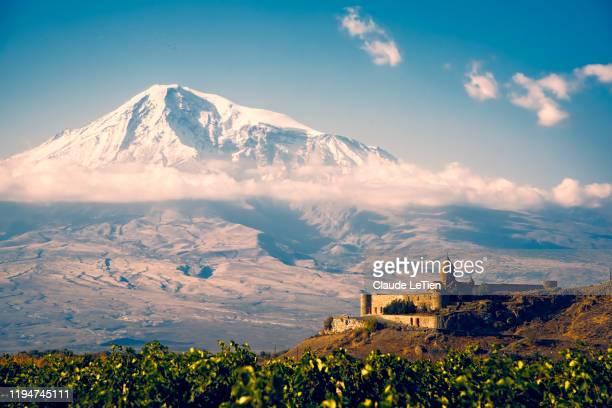 khor virap monastery - コーカサス山脈 ストックフォトと画像