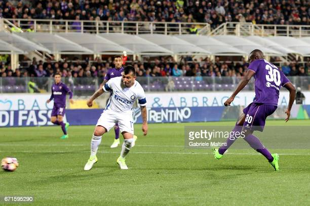 Khouma Babacar of ACF Fiorentina scores a goal during the Serie A match between ACF Fiorentina v FC Internazionale at Stadio Artemio Franchi on April...