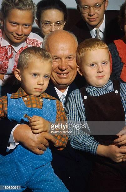 Khrushchev Receives Paris Match In His Datcha Nikita KHROUCHTCHEV pose en famille dans sa datcha près du village d'Ouspenskoïe à 32 km de Moscou...