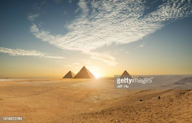 khufu pyramid and empty square, cairo, egypt - pyramid shape stock pictures, royalty-free photos & images