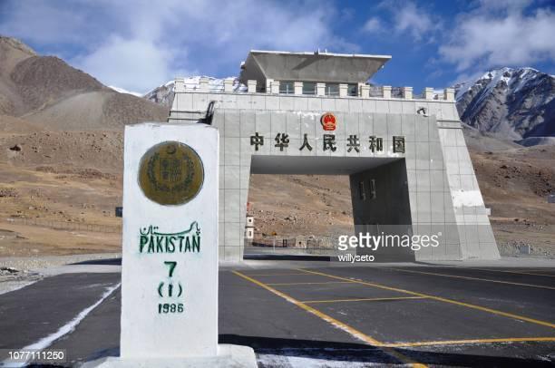 passo khunjerab, confine tra cina e pakistan - pakistan foto e immagini stock