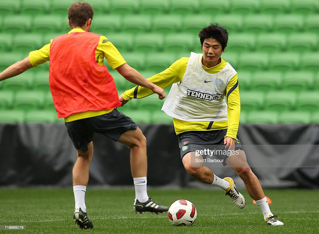 Ki Sung Yueng (R) of Celtic dribbles the ball during a Glasgow Celtic training session at AAMI Park on July 12, 2011 in Melbourne, Australia.