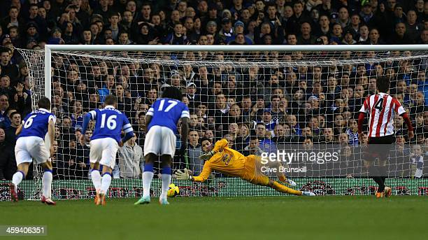 Ki SungYong of Sunderland scores the opening goal from the penalty spot past replacement goalkeeper Joel of Everton during the Barclays Premier...
