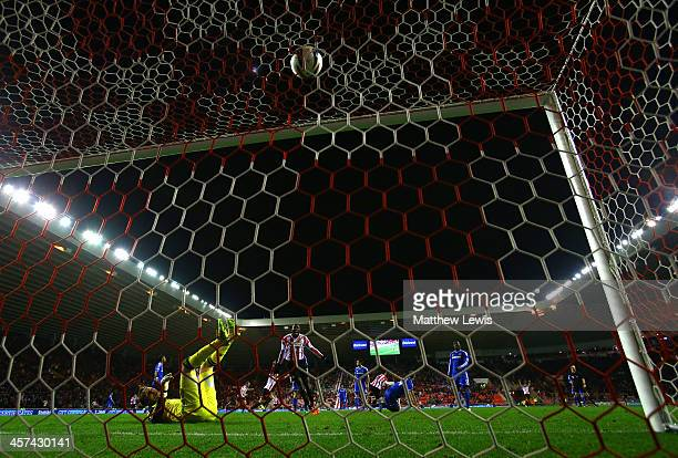 Ki SungYong of Sunderland scores the winning goal in extra time past Mark Schwarzer of Chelsea during the Capital One Cup QuarterFinal match between...