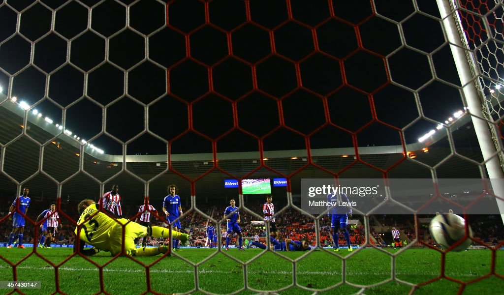 Ki Sung-Yong of Sunderland scores the winning goal in extra time past Mark Schwarzer of Chelsea during the Capital One Cup Quarter-Final match between Sunderland and Chelsea at Stadium of Light on December 17, 2013 in Sunderland, England.