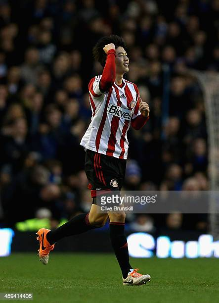 Ki Sung-Yueng of Sunderland celebrates after scoring the winning goal from the penalty spot during the Barclays Premier League match between Everton...