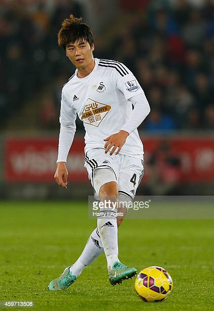 Ki SungYueng of Swansea City in action during the Barclays Premier League match between Swansea City and Crystal Palace at the Liberty Stadium on...