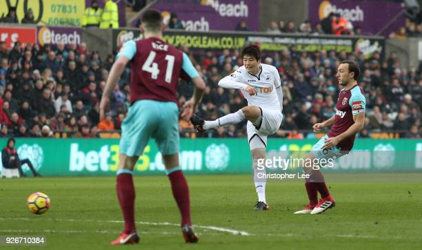 Ki SungYueng of Swansea City shoots and scores his side's first goal during the Premier League match between Swansea City and West Ham United at...