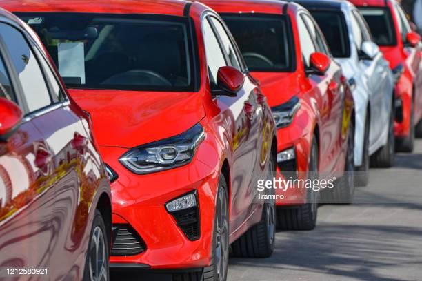駐車場の起亜ceedコンパクトカー - キア ストックフォトと画像