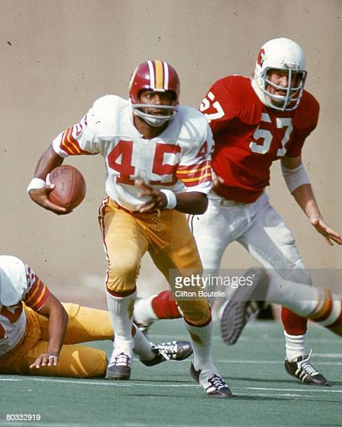 Kick returner Les 'Speedy' Duncan of the Washington Redskins returns a kick against the St Louis Cardinals at Busch Stadium on October 15 1972 in St...
