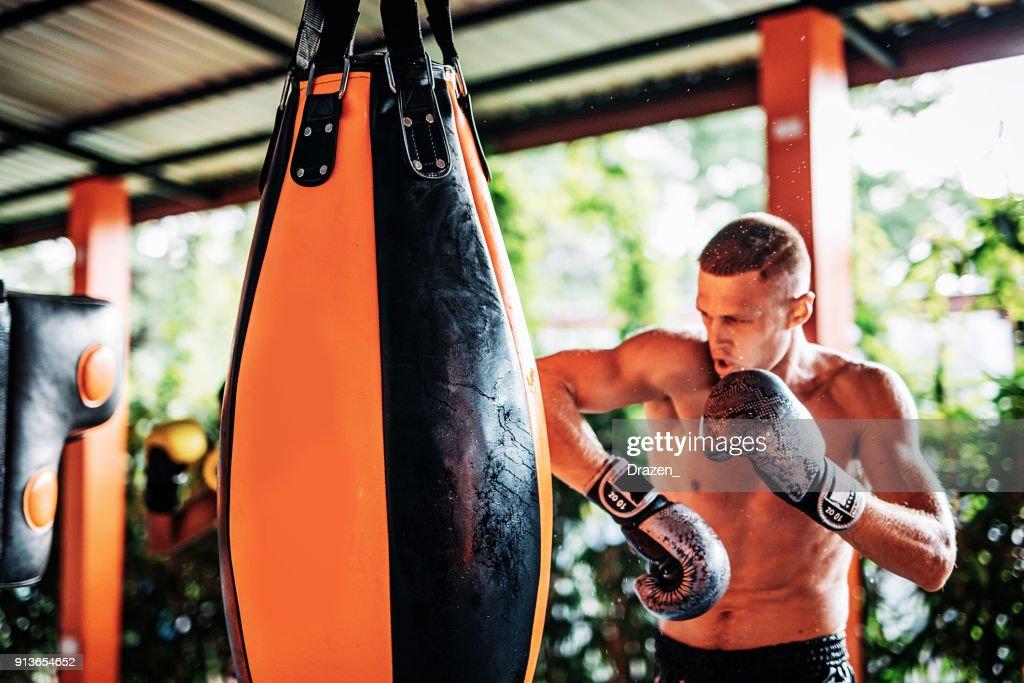 Kickbox-Champion beim Training mit Boxsack : Stock Photo
