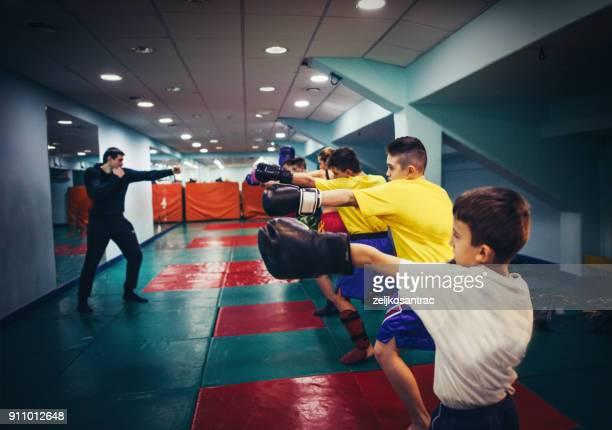 kickboxing training voor kind - boksen sport stockfoto's en -beelden