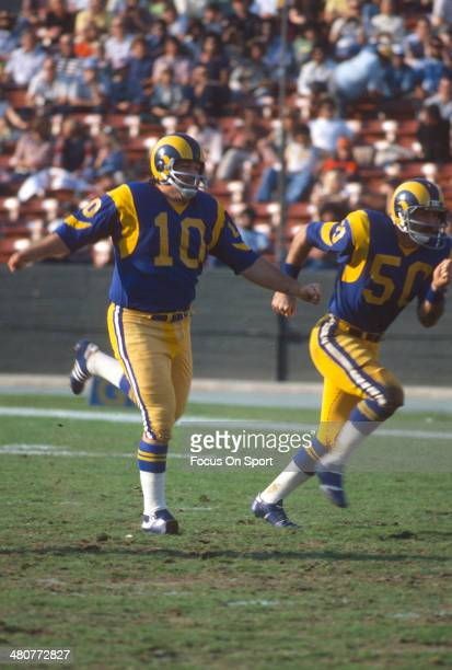 Kicker Tom Dempsey of the Los Angeles Rams kicks off during an NFL football game at Los Angeles Memorial Coliseum circa 1975 in Los Angeles,...