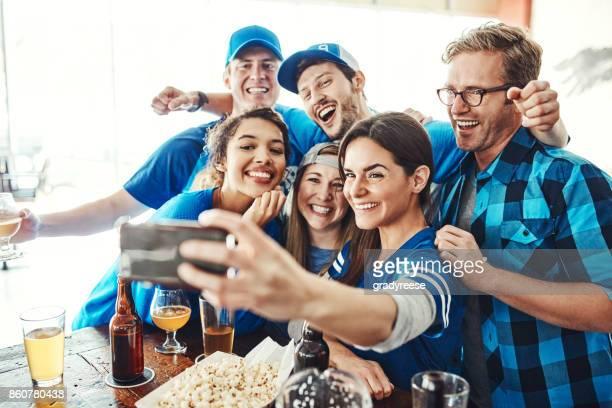 iniciando o jogo com um selfie - taking a shot sport - fotografias e filmes do acervo