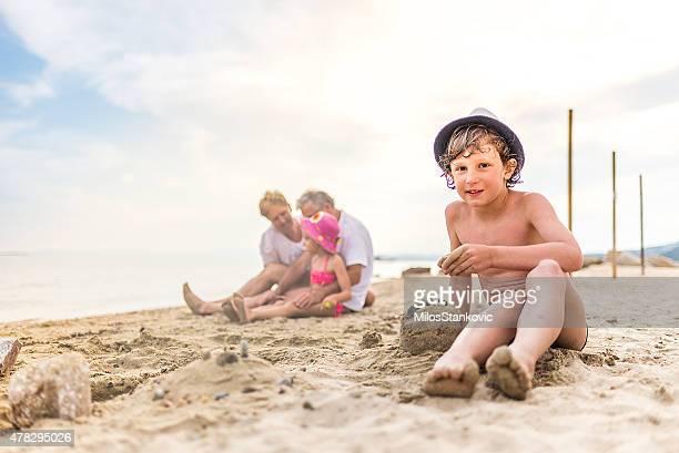 Kinder Sandburgen am Strand