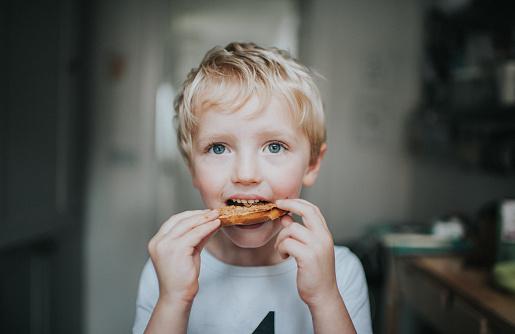 Kid eating a bagel - gettyimageskorea