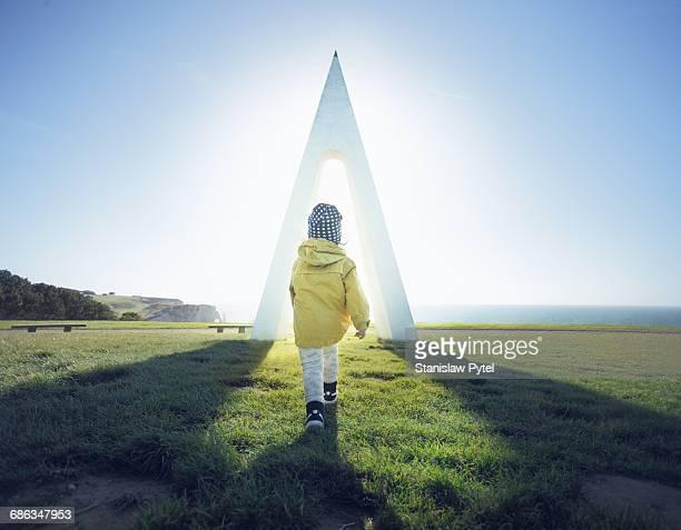 kid exploring monument nuungesser at etretat - le futur photos et images de collection