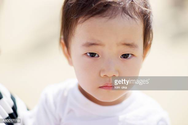 a kid face, she gazes at me - 1歳以上2歳未満 ストックフォトと画像