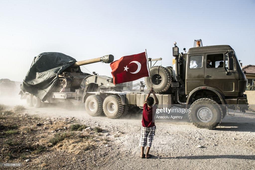 Turkey deploys armored vehicles to Syrian border : Nachrichtenfoto