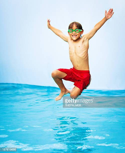 Enfants ayant un bon moment dans la piscine