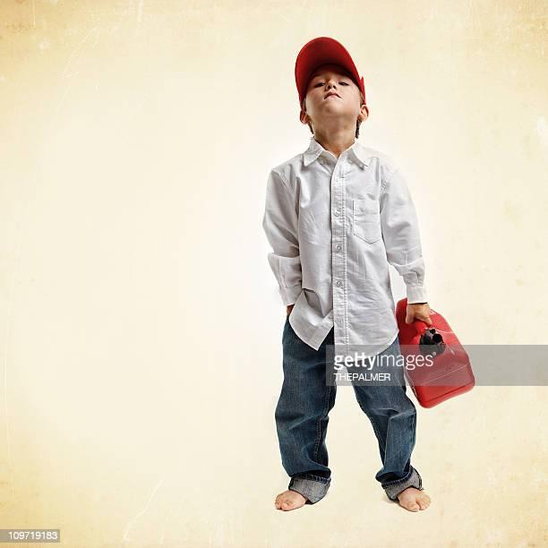 Kind hält einen gas Plastikbehälter