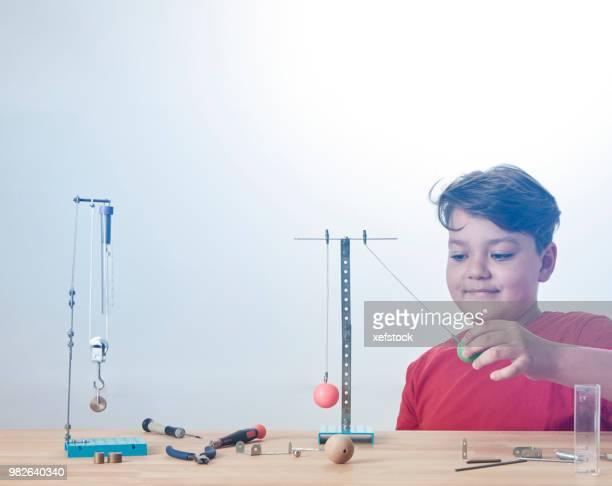 子供は、物理の実験をやっています。 - 滑車 ストックフォトと画像