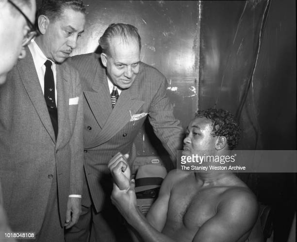 Kid Kavilan explains to the press and managers that he had injured his right hand on February 23rd in Miami against Johnny Cunningham after losing...