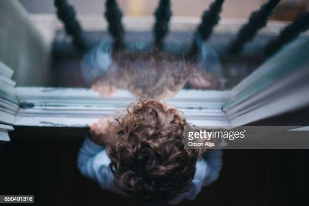 kid looking through the window - desaparecidos imagens e fotografias de stock