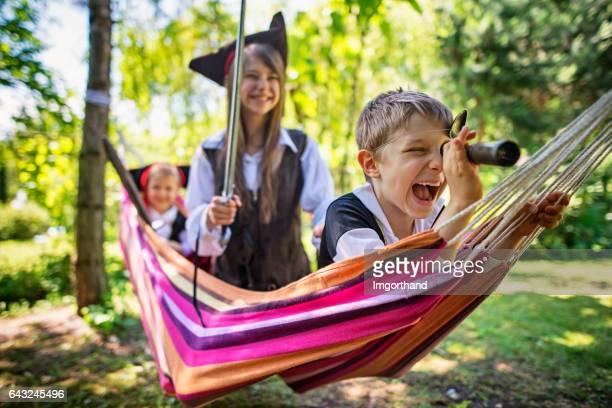 Enfants jouent pirates sur un hamac en bateau