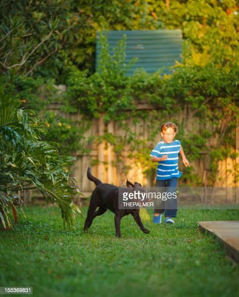 Enfant courir avec son chien