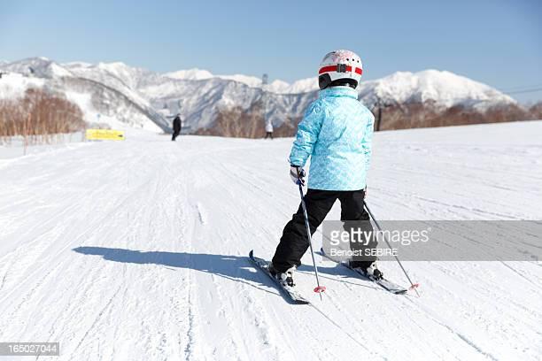 kid skiing - スキー板 ストックフォトと画像