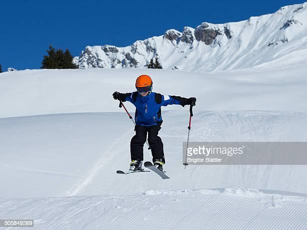 kid skiing - レンツァーハイデ ストックフォトと画像
