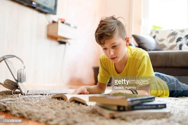 barn studerar hemma - läsa bildbanksfoton och bilder