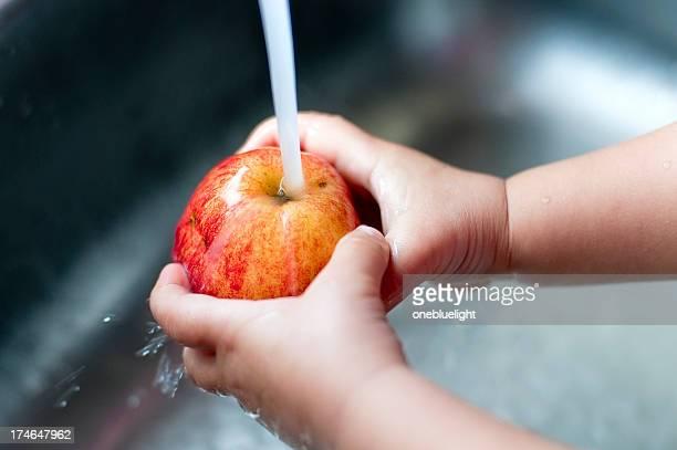 Kid washing her apple ( serie )