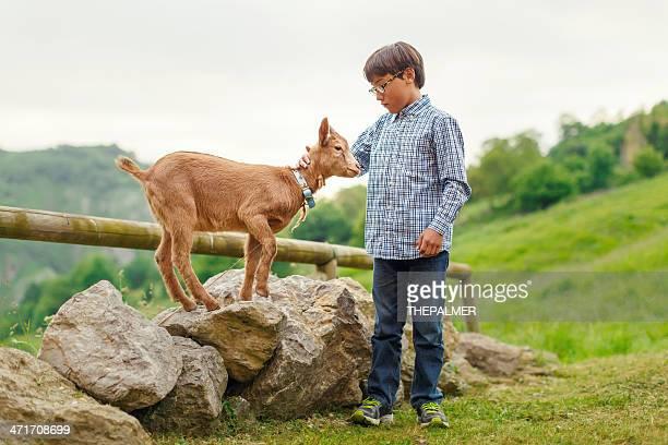 Kind mit baby-Ziege
