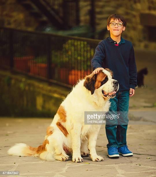 niños con perro de st. bernard - san bernardo fotografías e imágenes de stock
