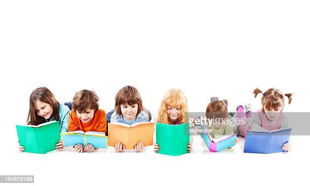 Kinder sind auf dem Boden liegen und lesen Sie ein Buch.