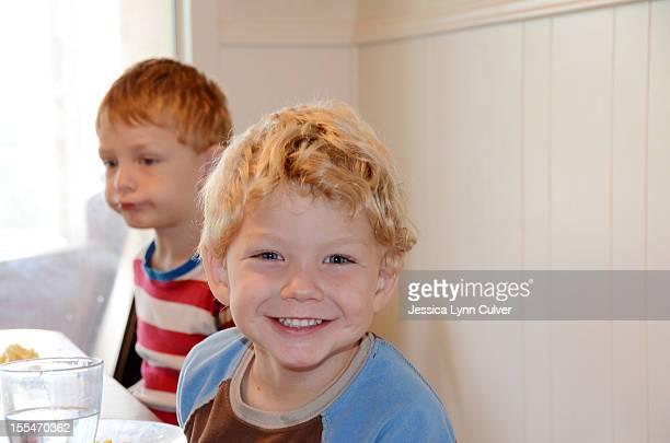 kids at breakfast table - lynn pleasant photos et images de collection