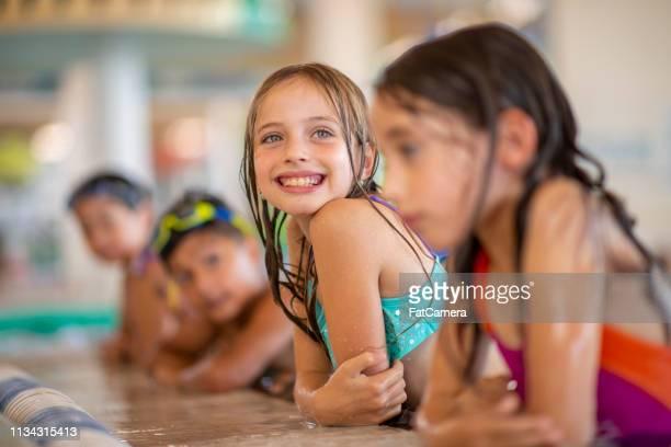 プールサイドの子供たち - 室内プール ストックフォトと画像
