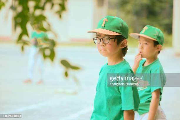 kids(8-9) baseball friend looking at teammates on field - 男子生徒 ストックフォトと画像