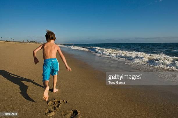 kids beach - knaben in badehosen stock-fotos und bilder
