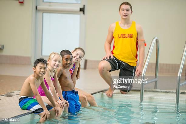 Kinder vor Schwimmen Klasse