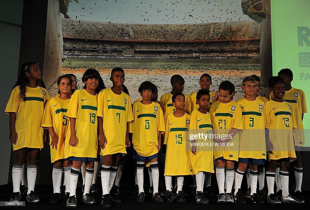 """Kids belonging to the """"Bola pra Frente"""" : ニュース写真"""