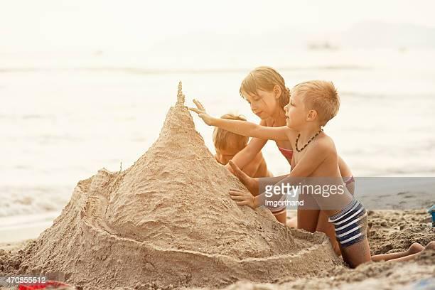 Enfants de construire un château de sable géant