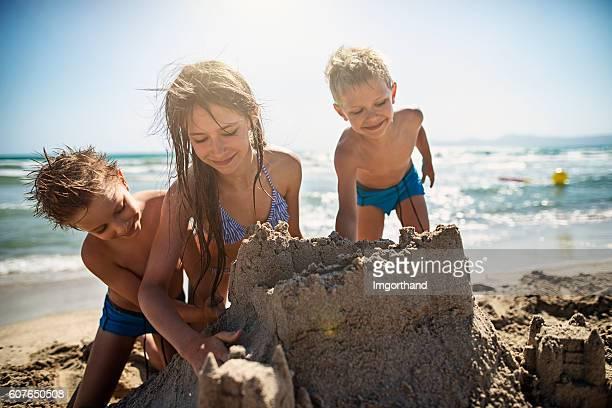 Enfants de construire un château de sable sur la plage