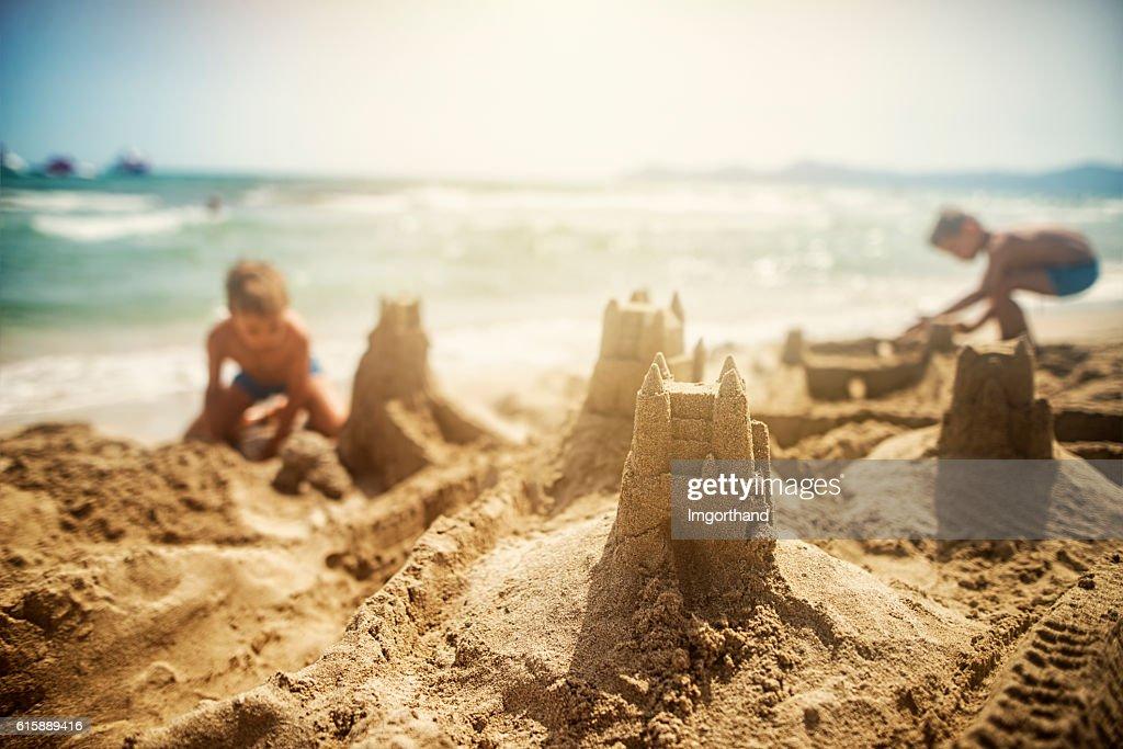 Kids building sandcastles : Foto de stock