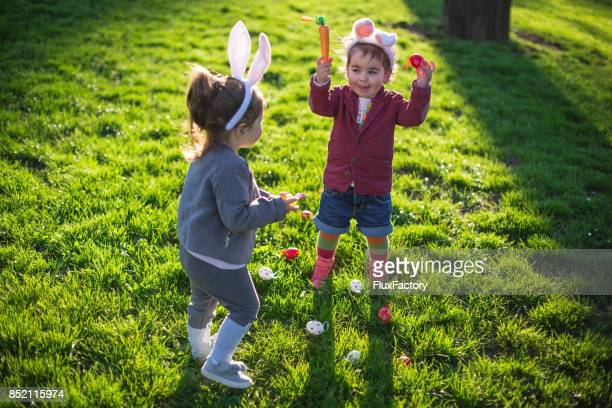 Kinder feiern Ostern im freien