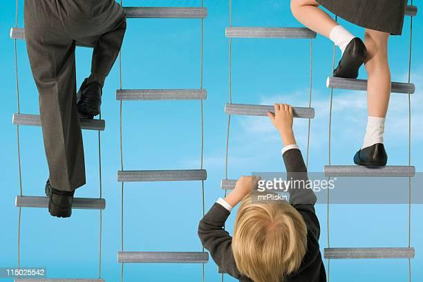 Escalade d'échelles pour les enfants