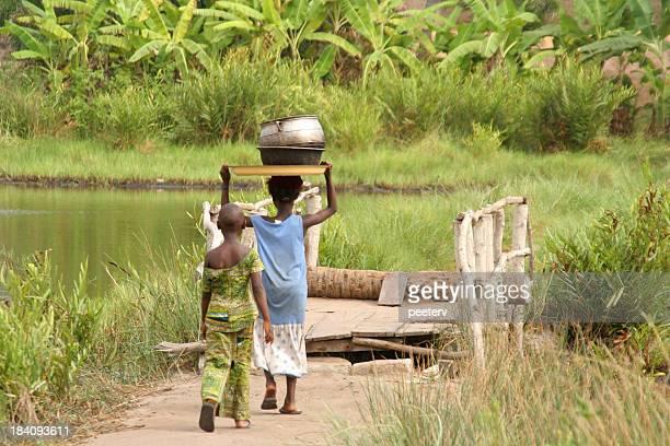 niños de cruzar a la laguna - áfrica del oeste fotografías e imágenes de stock