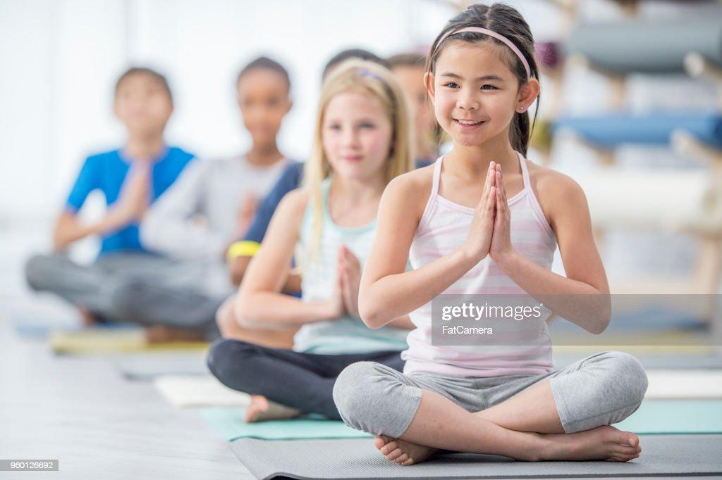 Kinder tun Meditation : Stock-Foto